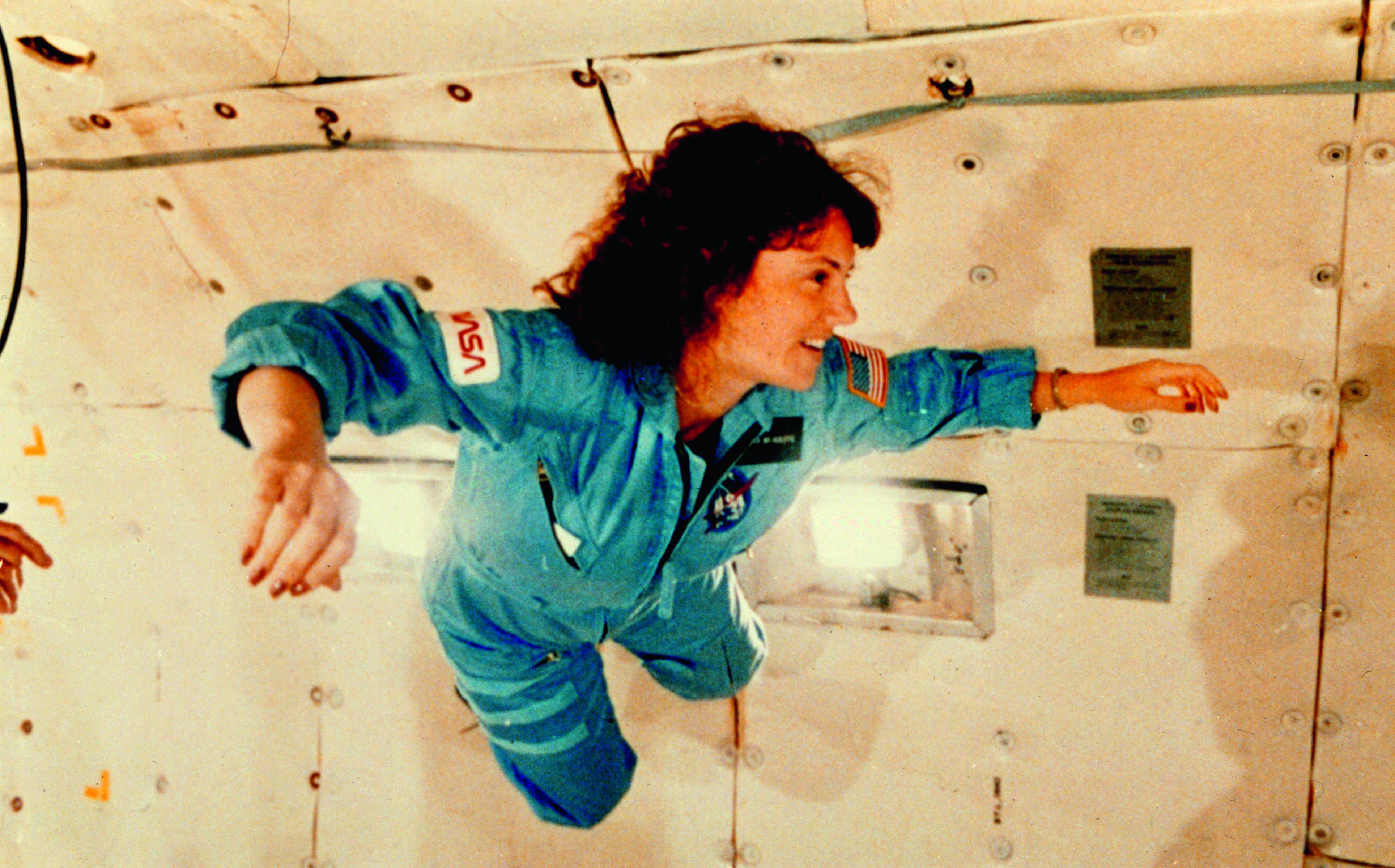 christa_mcauliffe_experiences_weightlessness_during_kc-135_flight_-_gpn-2002-000149