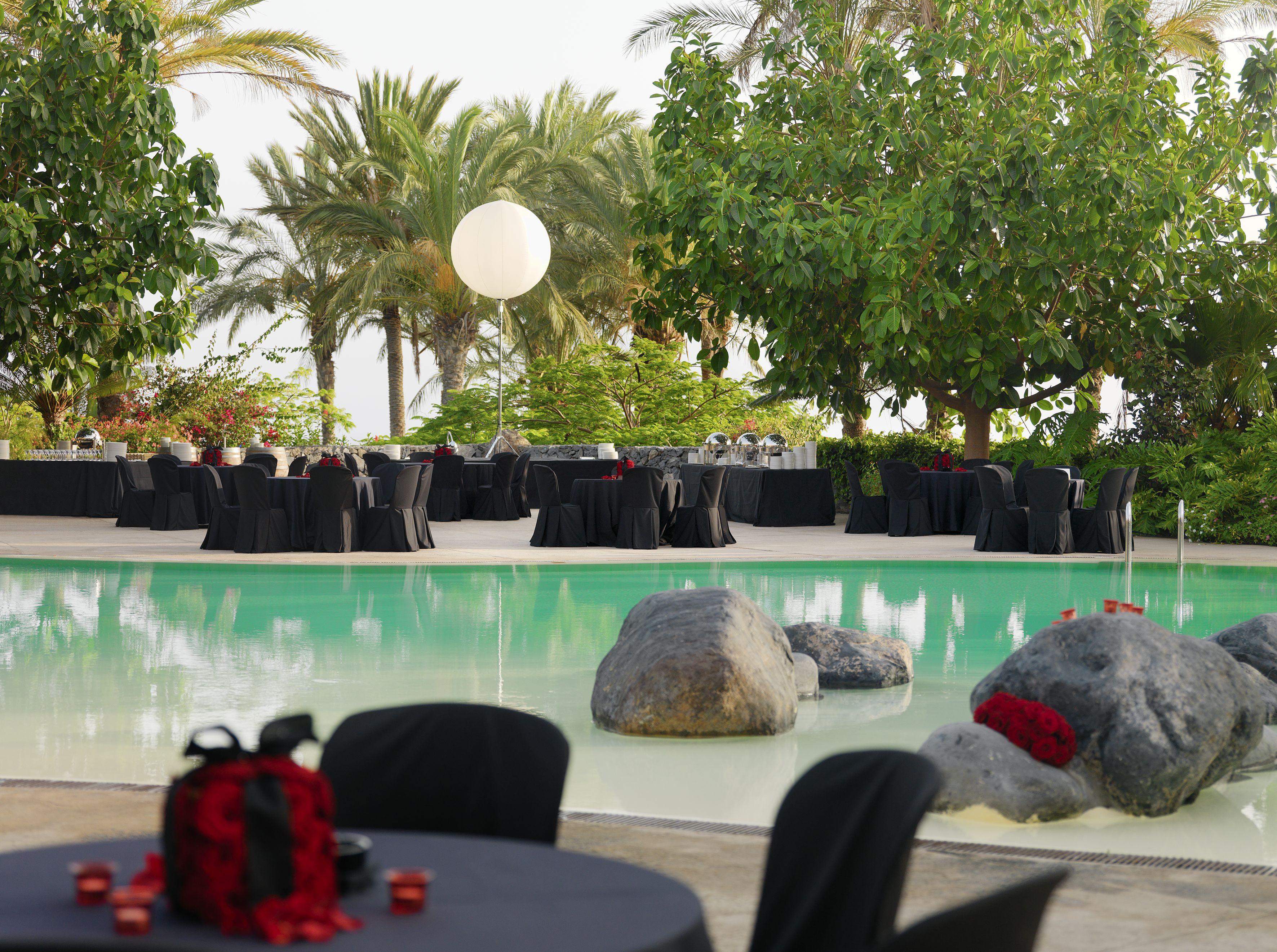 swimming_pool_set_up_-_gala_dinner