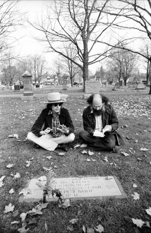 Боб Дилан и Аллен Гинзберг на могиле Джека Керуака